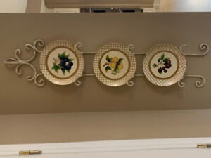 Plate display holder with 3 plates