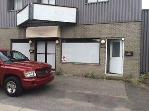 Local Commercial +2 portes garage + logement 3 1/2