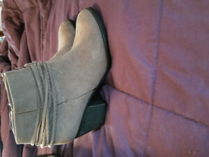 Brand New Le Chateau Boots