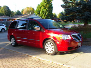 2010 Chrysler Town & Country touring /saftied