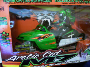 ARCTIC CAT radio-controlled  snowmobile [MINT condition] !