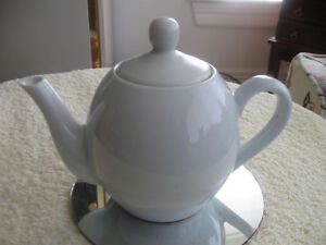 SMALL ONE-CUPPER OLD VINTAGE WHITE POTTERY TEA POT