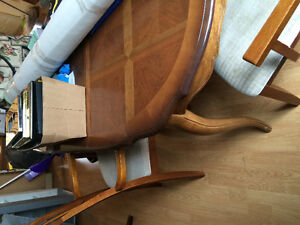 Dressers & kitchen table w/ 4 chairs
