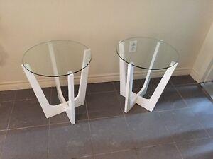 2 tables de chevet design blanche avec plateau de verre