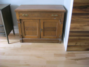 Commode, meuble d'appoint.