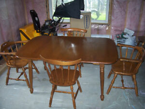 DINNING ROOM SET. EXCELLETN CONDITION. Solid wood.