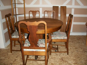 MUST SELL BEAUTIFUL ANTIQUE DINING ROOM TABLE AND CHAIRS