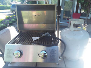 BBQ WITH FILLED PROPANE TANK AND CONNECTOR HOSE