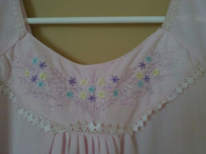 Women's light pink floral embroidered night sleepwear gown Small London Ontario image 3