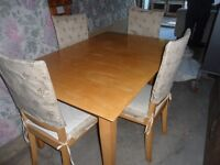 table avec chaiseses