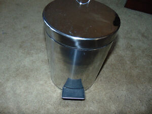 Small bathroom garbage can