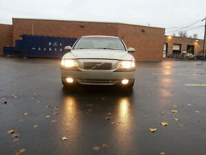 2000 Volvo Automatic; leather inside; AC; electric inside