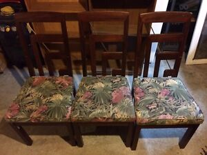 Kitchen table and three chairs. Best offer Belleville Belleville Area image 2