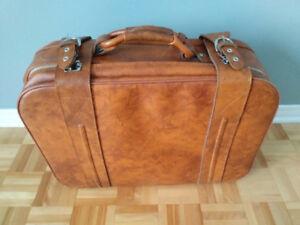 Une valise et un sac à dos