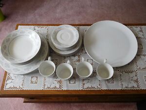 BEAUTIFUL 20 PIECES PORCELAIN DINNER WARE SET. West Island Greater Montréal image 2