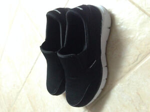 SKETCHER SHOES FOR MEN WITH MEMORY FOAM IN NEW CONDITION!