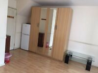 huge double or twin room with en suit shower and balcony,on old kent road se1,close to elephant cst