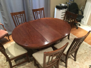 Broyhill Dining Table & Chairs