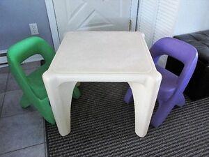 Petite table et ses 2 chaises de marque Step2...TRÈS SOLIDE