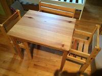 Child's table and chairs/Table et chaises pour enfant