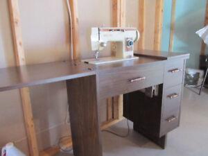 Machine à coudre et meuble