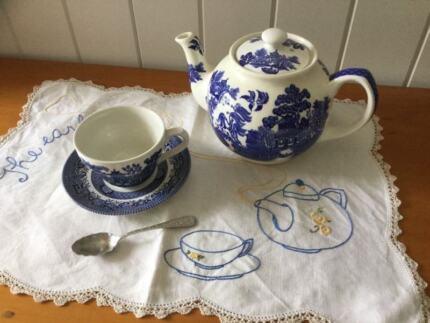 """Blue Willow """"Sadler"""" Six Cup Teapot"""