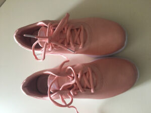 Women's Nike shoes size 7 never worn -2 pairs for 80$