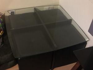 Brand new table with 4 seats  , table neuf avec 4 ban
