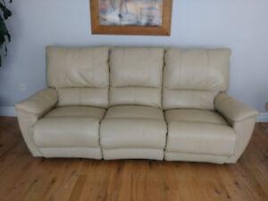 **Gorgeous Italian Leather recliner sofa, Like New!