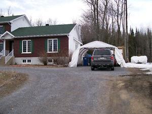 Maison avec grande cour arrière clôturée à louer