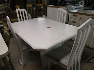 TABLE / 4 CHAISES / 2 RALLONGES blanches
