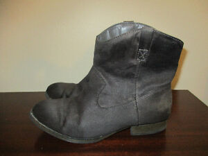 """Old Navy Gray """"Suede"""" Ankle Booties Girls Youth Size 4 Kitchener / Waterloo Kitchener Area image 1"""