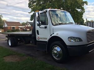 Freightliner tilt and load tow truck flatbed