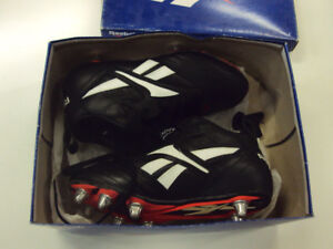 Reebok 'Visigoth Mid' Rugby Boots, size 6.5 - NEW