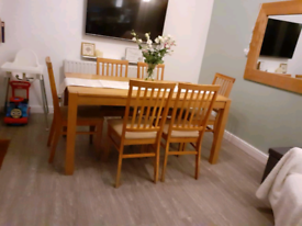 Lovely oak extending dining table and 6 chairs.