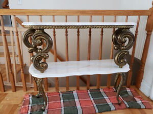 Une petite table en marbre et pattes en brass.