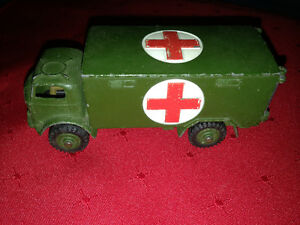 1956 DINKY MILITARY AMBULANCE 626 ENGLAND - PARKER PICKERS -