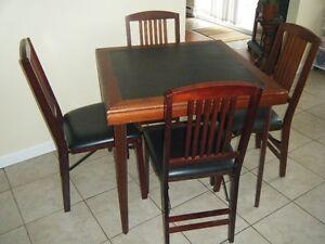 Table et 4 chaises pliantes très bonne condition multiple usage