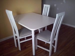Table et 4 chaises blanches