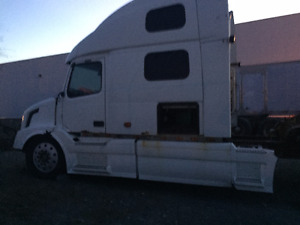 One 2006 Volvo 780 for Parts