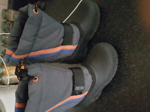 Size 8 Toddler waterproof winter shoes in excellent condition