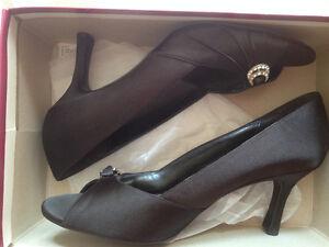 Chaussures de soirée noires avec broche diamantée, taille 9