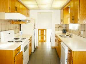 Nice bright huge 3 bdrm main flr of house FREE cable&wifi-JULY 1