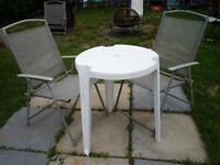 Table de patio ronde avec deux chaise 25$