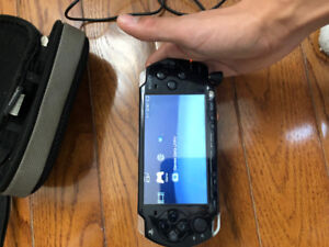 PSP Slim 2000-charger and carrying case, 3 games