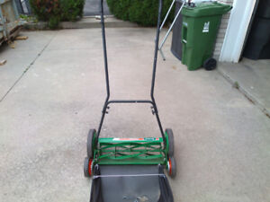 """SCOTTS classic 20"""" manual lawnmower with grass catcher"""