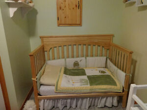 Graco 3-1 Crib with mattress and bedding