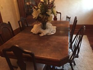 Antique dinning room table and 6 chairs and leaves