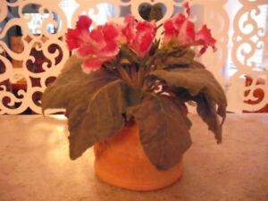 Pot de fleurs artificielles en argile (arrangement décoratif)