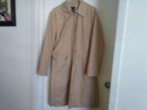 Manteau imperméable de couleur beige gr xl 10$